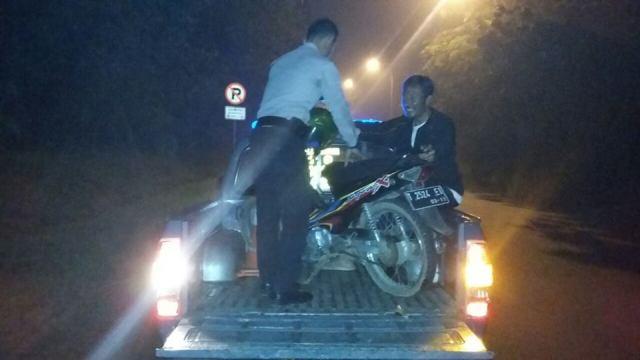 polisi antar pengendara motor ke tambal ban